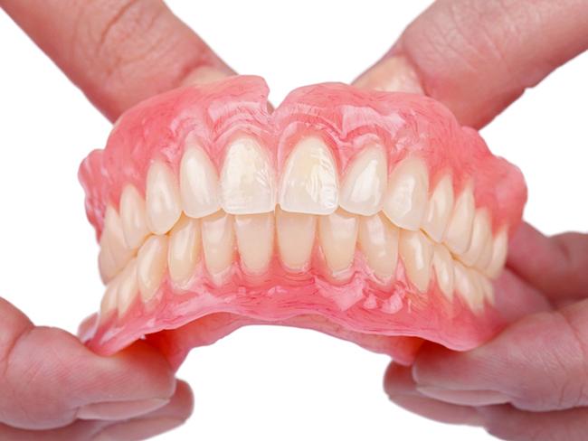 Hàm răng giả cũng là nguyên nhân gây miệng hôi dai dẵng