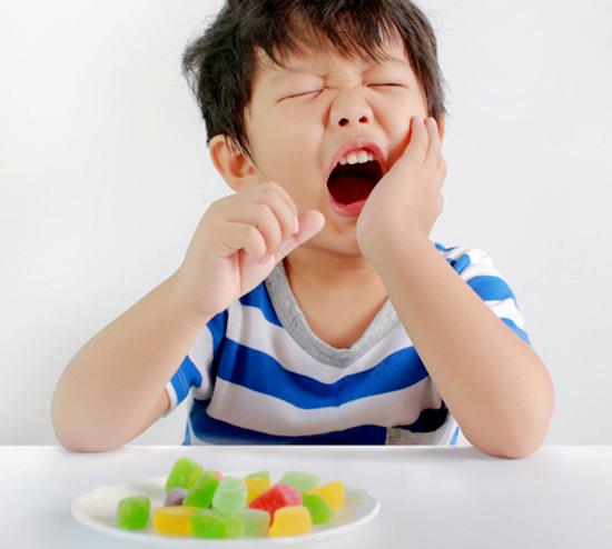 Sâu răng sữa dễ xuất hiện khi ăn bánh kẹo mà không vệ sinh răng miệng tốt